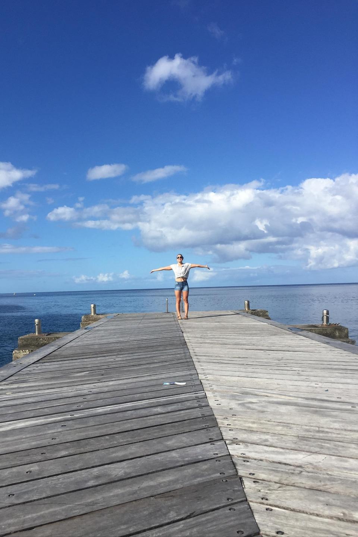 Roxanne Fortin sur un quai en Martinique