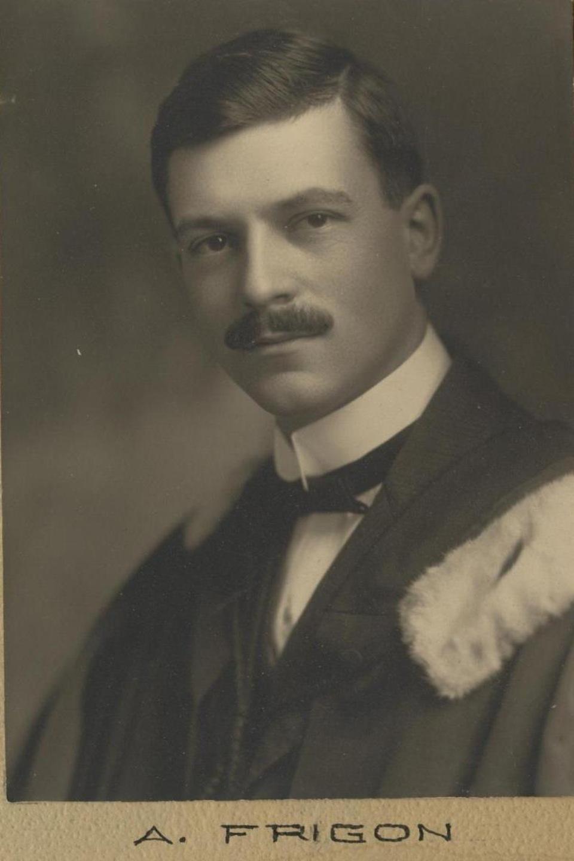 Photo de type portrait en noir et blanc d'un homme portant une moustache.