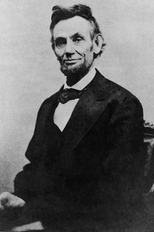 Photo d'Abraham Lincoln qui pose, assis sur un fauteuil.