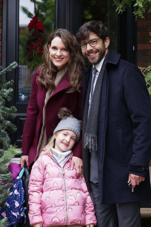 Le trio pose à l'extérieur pour la photo.