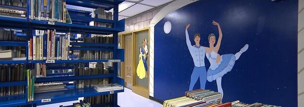 Image de la murale Jean-du-Nord dans une bibliothèque illustrant des danseurs sous un ciel étoilé.