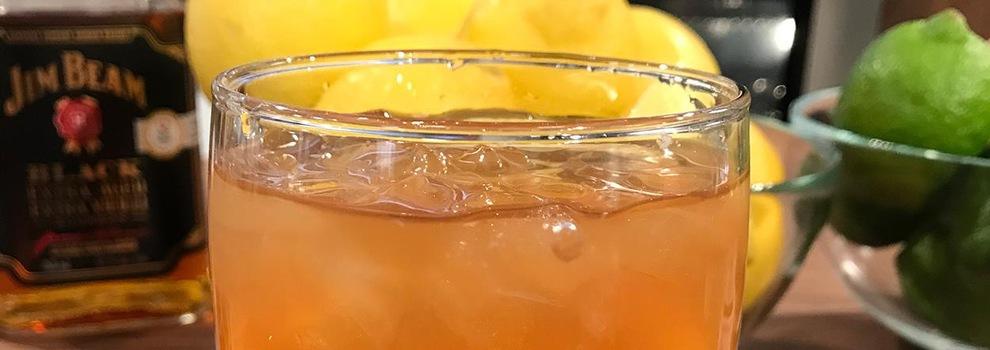 Le verre contient quelques glaçons